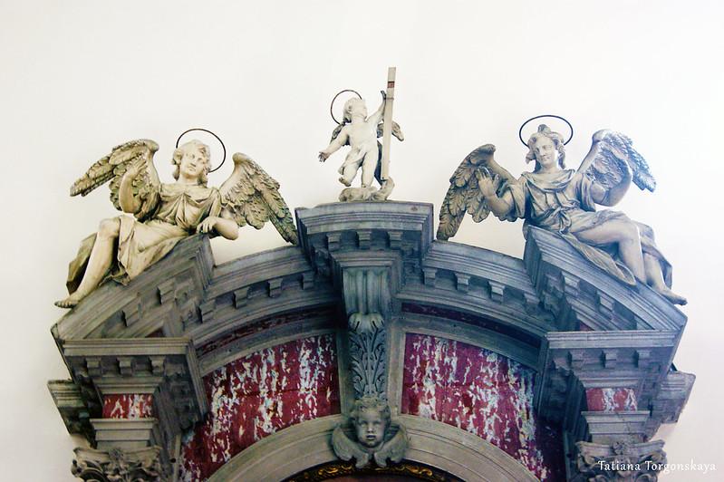Скульптуры на боковом алтаре