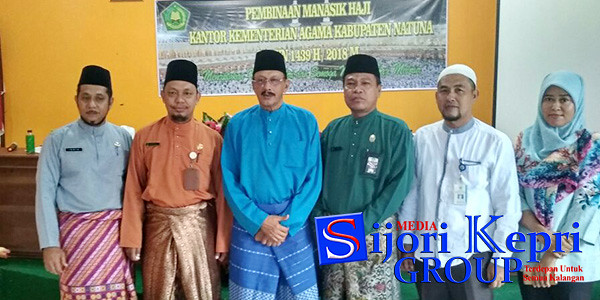Bupati Natuna, Hamid Rizal bersama Panitia Pemberangkatan Calon Jamaah Haji (CJH)
