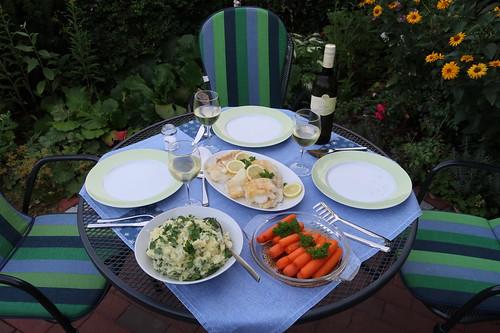 Mehlierter Kabeljau zu Petersilienkartoffelstampf und Möhren (Tischbild)