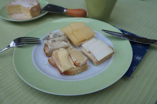 Diverse Käse auf Weißbrot französischer Art