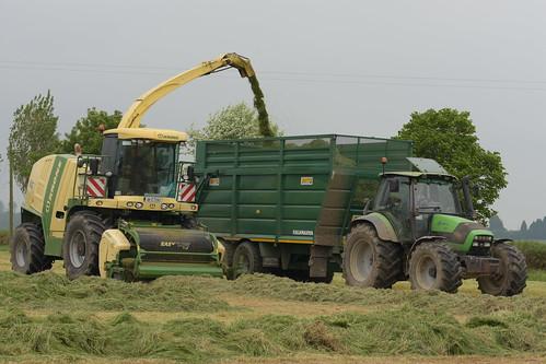 Krone Big X 600 SPFH filling a Smyth Trailer Super Cube Field Master trailer drawn by a Deutz Fahr Agrotron 150.7 Tractor
