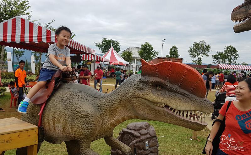 dinosaur kingdom sitting dino