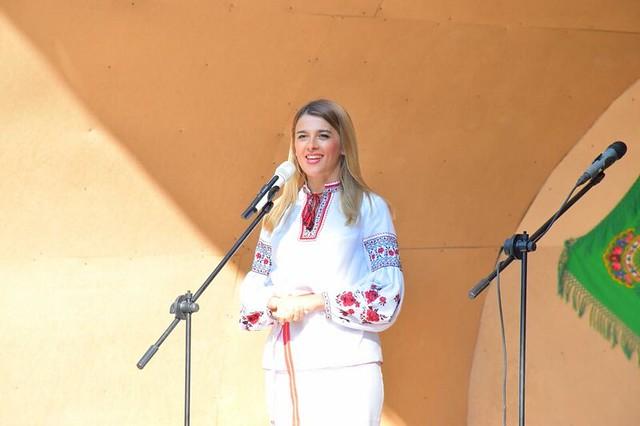 Лариса Білозір під час вітального слова на Святі Купала