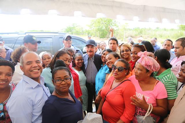 VS213: Danilo lleva apoyo a San Pedro de Macorís. Granja para 5 mil gallinas ponedoras, talleres y productores de caña