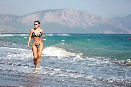 """Ünlü oyuncu, bikinili fotoğraflarına """"güzel"""" diyen eşini eleştirenlere sitem etti"""