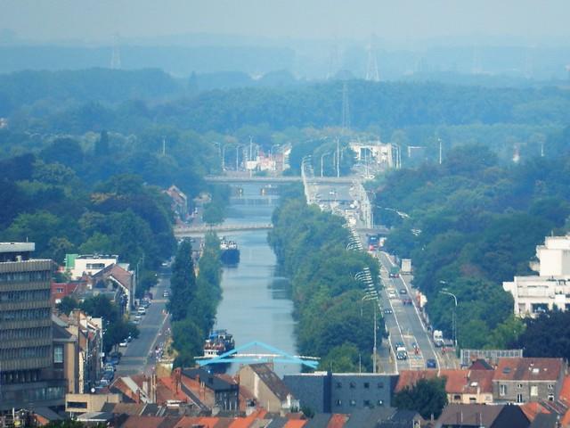 uitzicht op toren Sint-Baafskathedraal: Brugse Vaart
