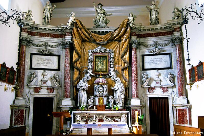 Центральный алтарь церкви Св. Клары