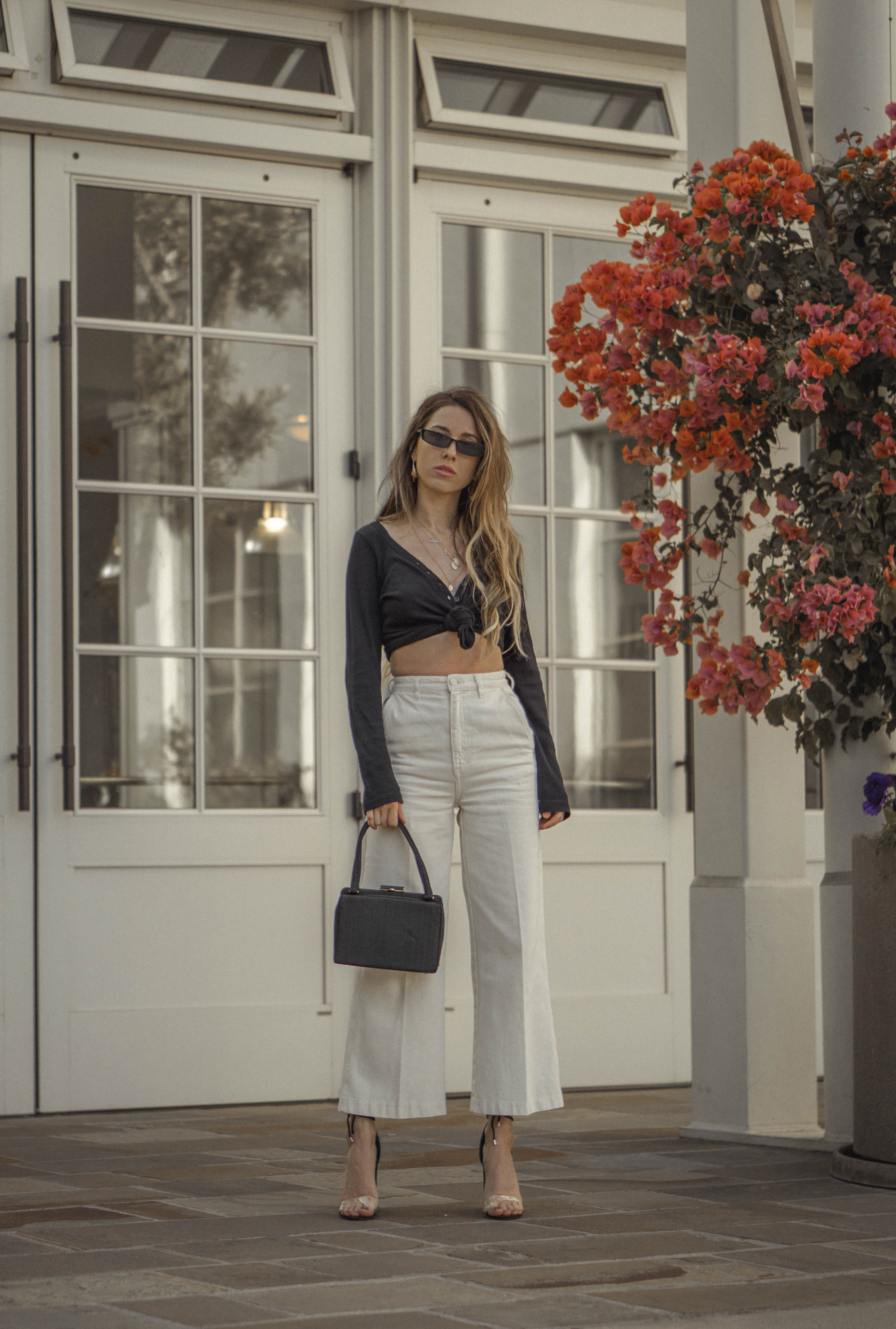 high_waisted_wide_white_jeans_clear_shoes_heels_street_style_outfit_fashion_blogger_vintage_lena_juice_the_white_ocean_01