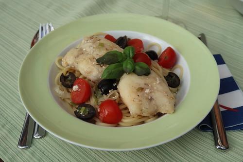 Seeteufelbäckchen in einer Soße mit Oliven und Tomaten auf Spaghetti (mein 1. Teller)