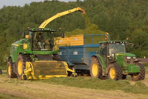 John Deere 8600 SPFH filling a Kane Halfpipe Trailer drawn by a John Deere 6150R Tractor