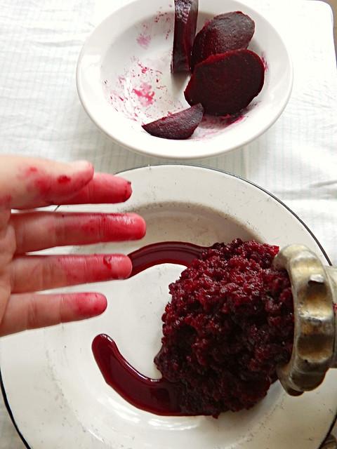 Свекольные оладьи, которые я приготовила, когда не получились свекольные котлеты по рецепту из Книги о вкусной и здоровой пище | HoroshoGromko.ru