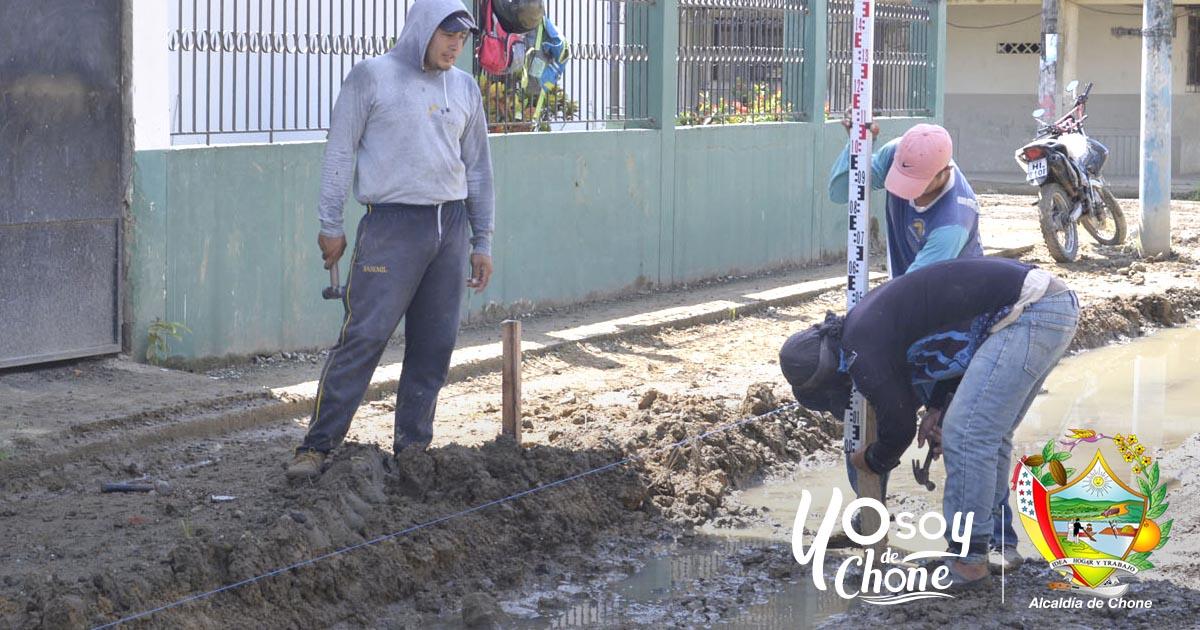 Colocan material filtrante en calle 24 de Mayo de Chone