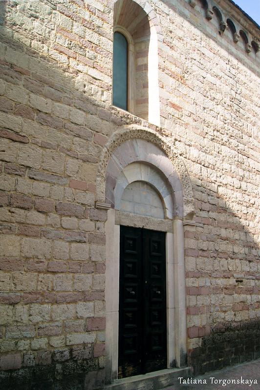 Боковой вход в церковь Св. Марии Речной