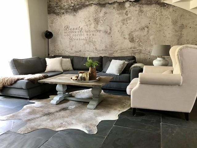 Woonkamer behang tekst betonlook