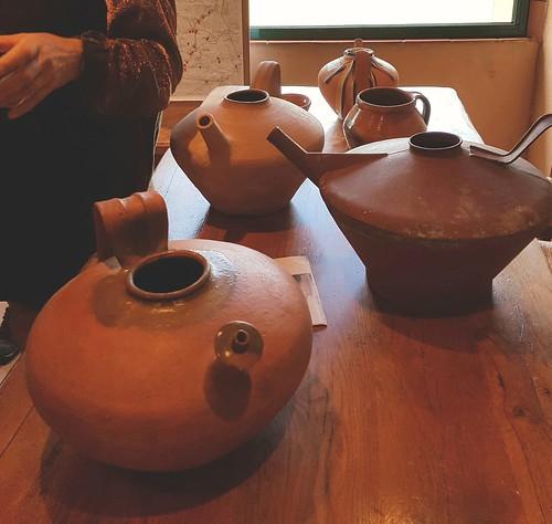 Cagnotte, Landes: les fêtes du village commencent par une promenade de 5km dans l'histoire locale liée aux chemins de Saint Jacques et à la poterie (ici cruche de Castandet, la banne, différente de la pega cagnottaise qui se trouve juste derrière)