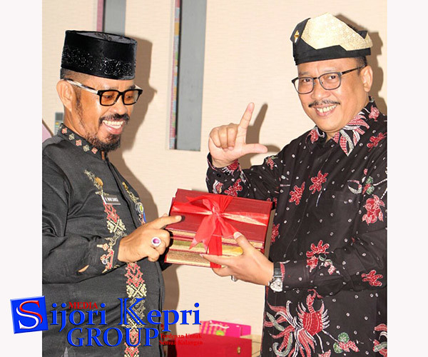 Kadis Perpustakaan dan Arsip Daerah, Kota Tanjungpinang, Wan Samsi, memberikan cindramata kepada Deputi Informasi Arsip Nasional, Imam Gunarto