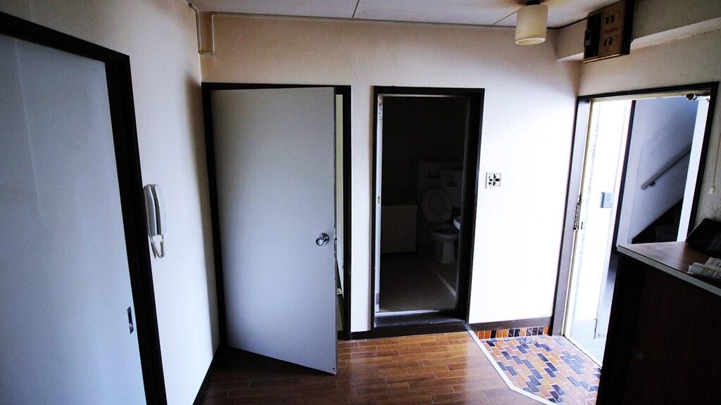 リノベーション前のダイニングキッチンと玄関