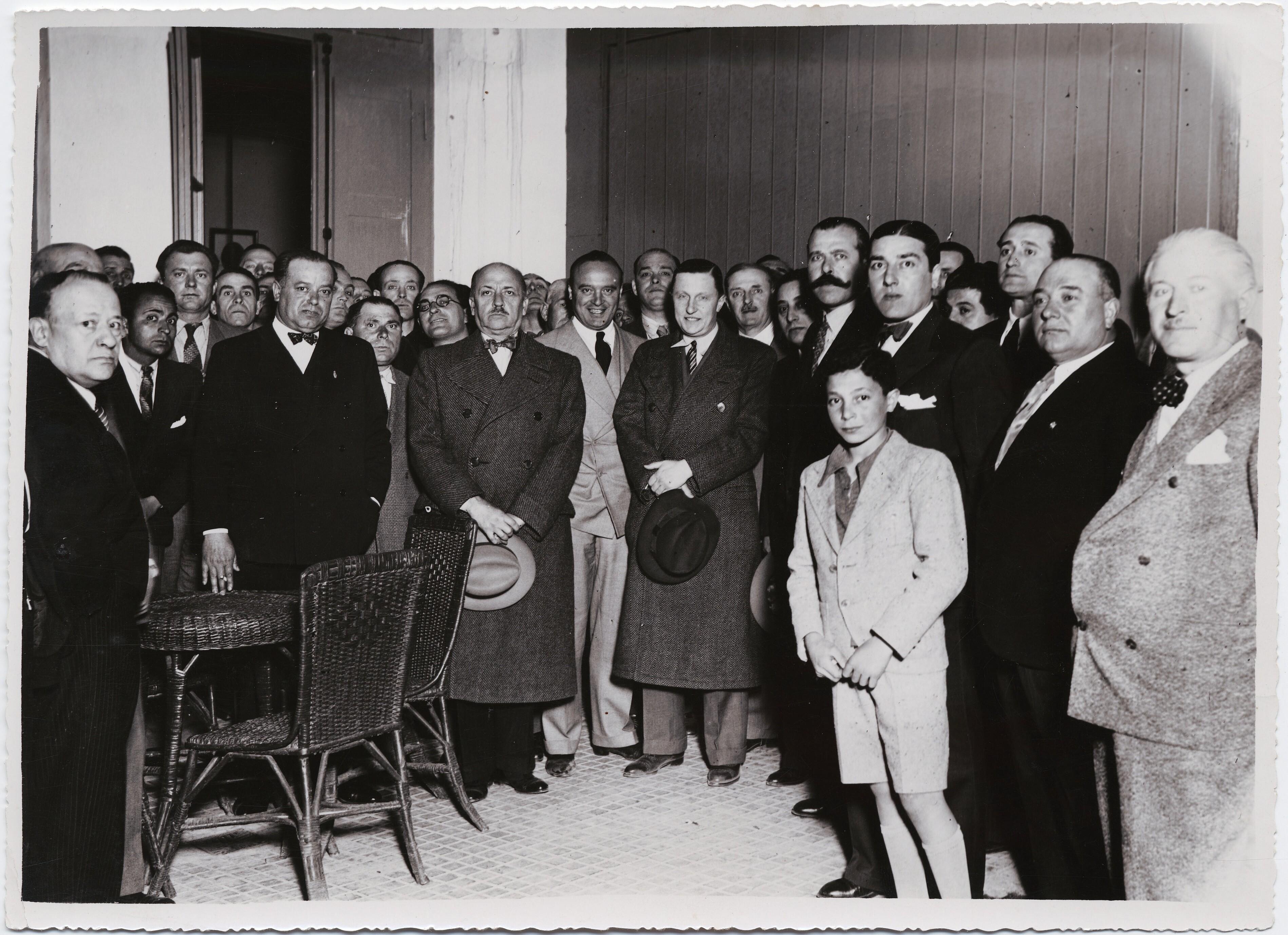 1926. Мендоса, Аргентина. Маринетти, стоящий в большой группе поклонников