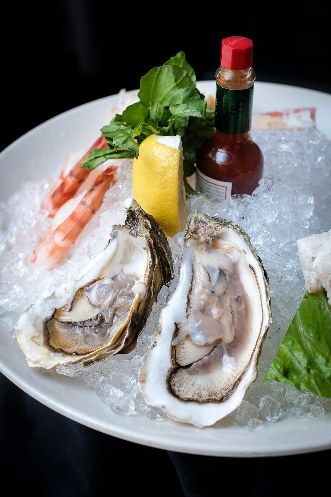 莫顿牛排餐厅的海鲜拼盘——牡蛎特写镜头