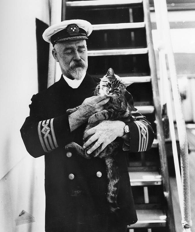 A.J.Hailey, капитан лайнера R.M.S. Empress of Canada, с котом на руках, 1920-е годы
