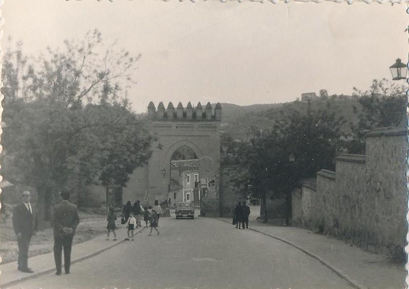 Puerta de San Martín con un coche en 1963. Fotografía de Julián C.T.
