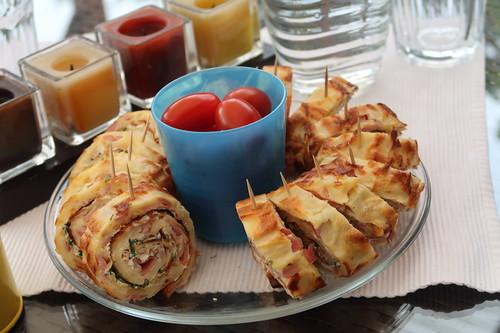 Pfannkuchenrolle mit Kräutern, Frischkäse und Schinken (noch fast ganz)