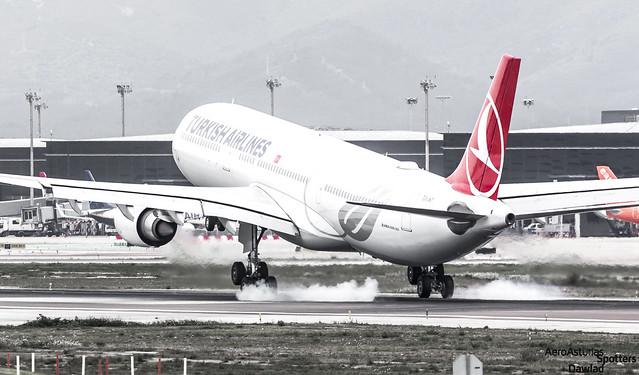 Photo:A330 TC-JNT Turkish tomando tierra By Dawlad Ast