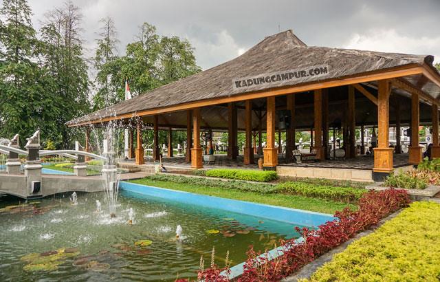 pendopo di samping kolam kompleks kantor bupati purwakarta - kadungcampur