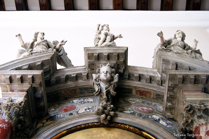 Фрагмент алтаря со скульптурами