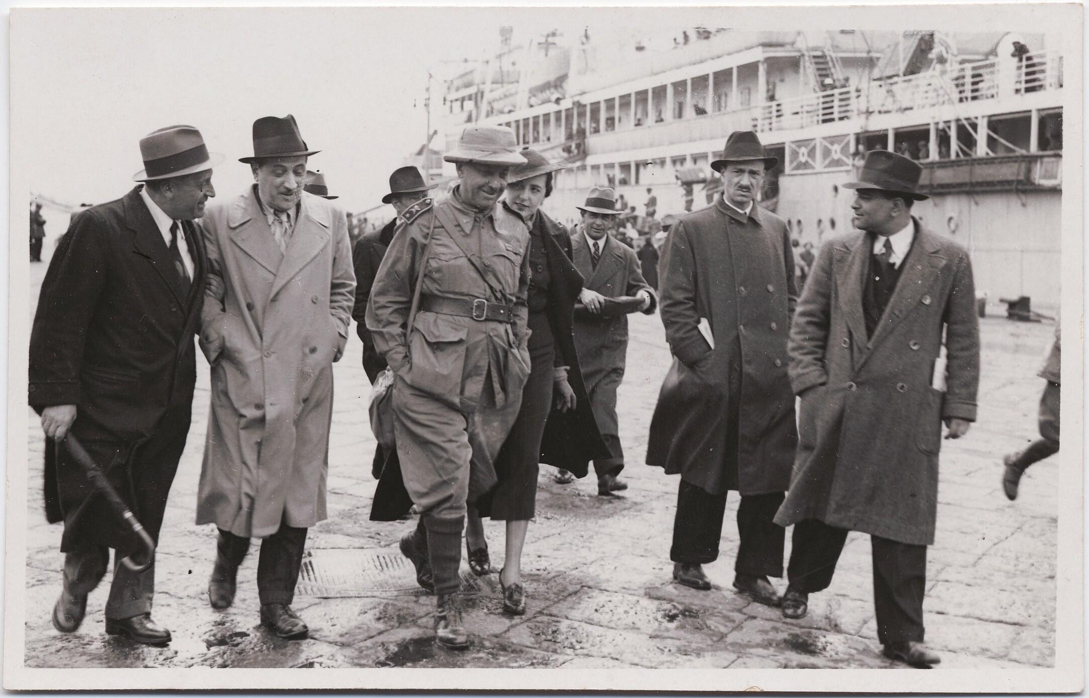 1936. Неаполь. Филиппо Томмазо Маринетти отправляется в Эфиопию. Бенедетта Каппа Маринетти позади него