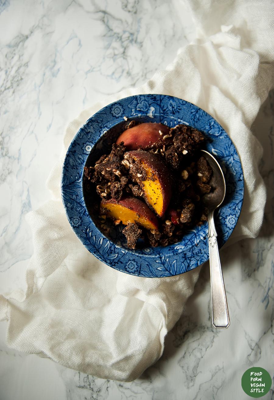 Carob crumble with peaches / Karobowe crumble z brzoskwiniami