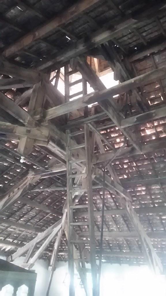 Buat naik ke atap. Serem, goyang-goyang.