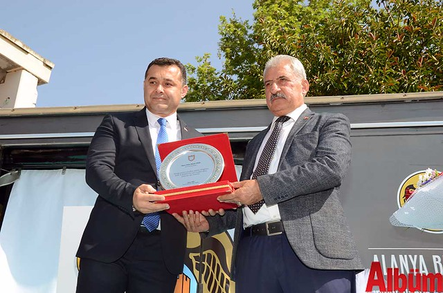 Alanya Belediye Başkanı Adem Murat Yücel, Alanya Pazarcılar Odası Başkanı Hasan Yiğit