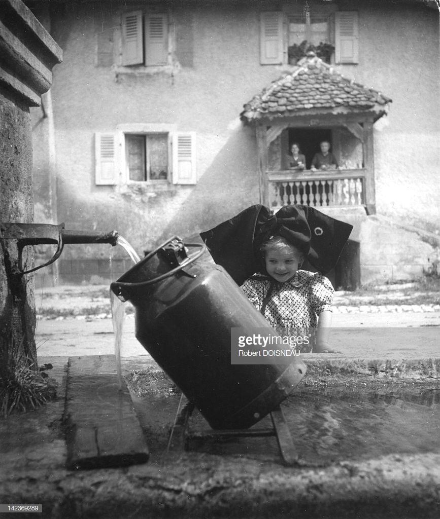 1945. Маленькая девочка из Эльзаса, одетая в национальный костюм, у фонтана в Оберларге