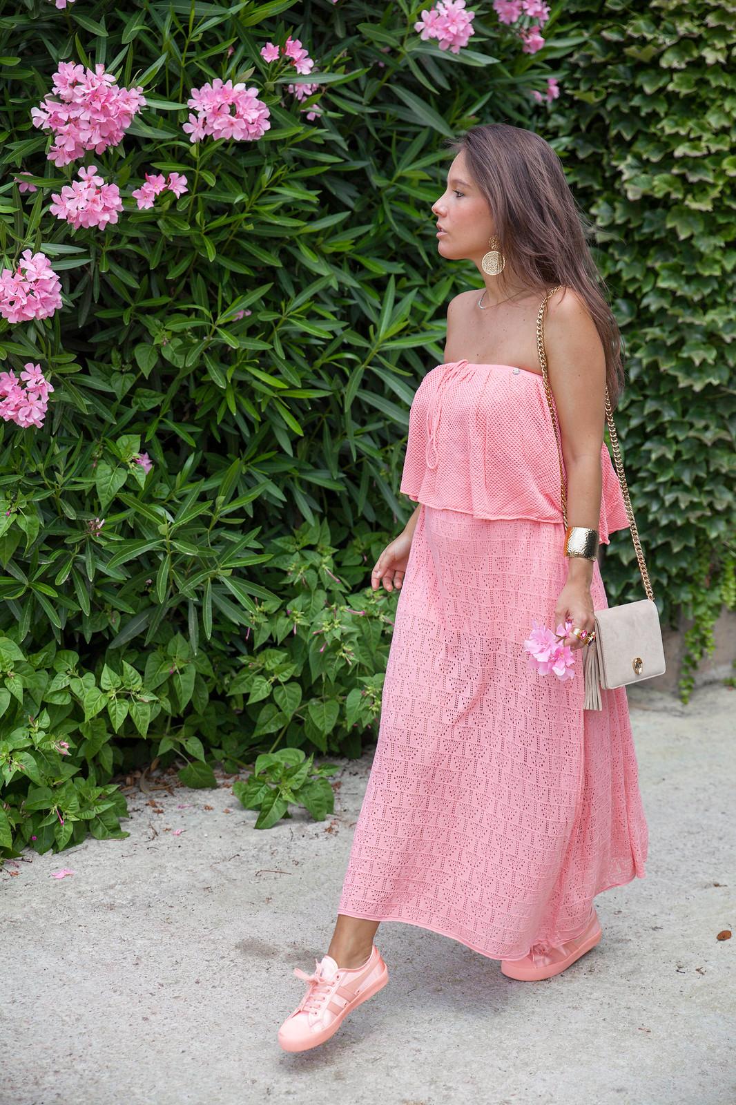06_como_combinar_vestido_con_bambas_vestido_largo_coral_theguestgirl_rüga_fashion_brand_boho_style