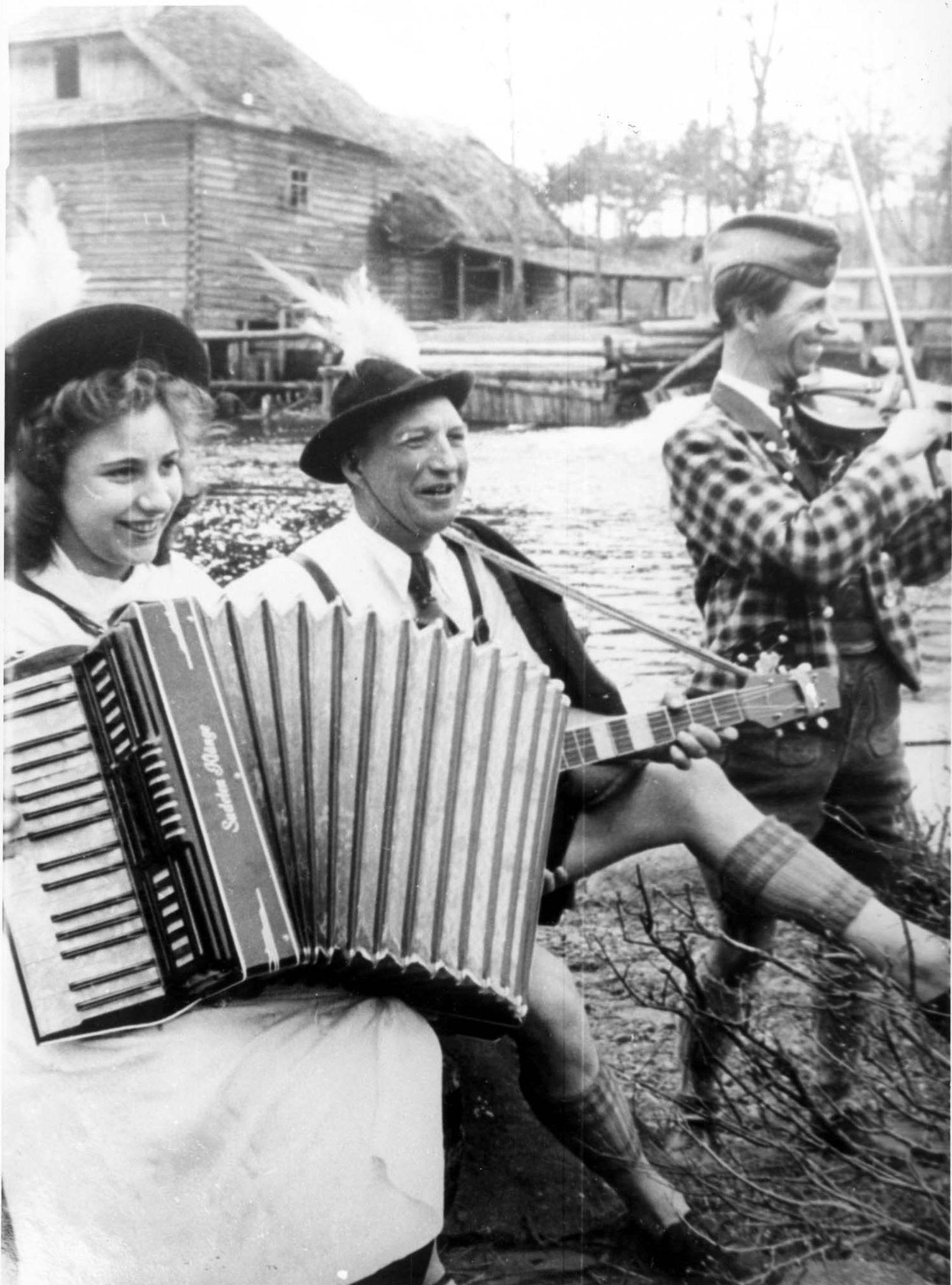 1943. Трое музыкантов развлекают немецких солдат на улице оккупированного Могилева