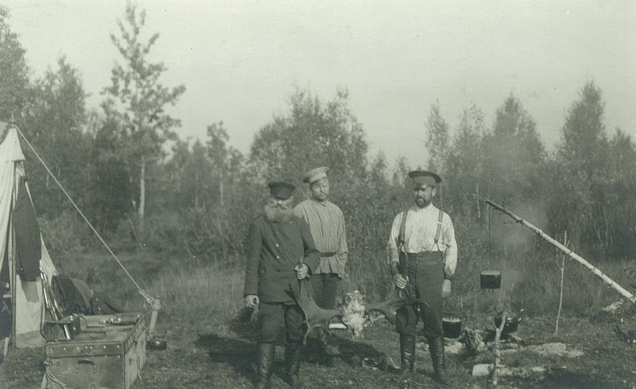Охотники на лесной поляне с рогами лося,