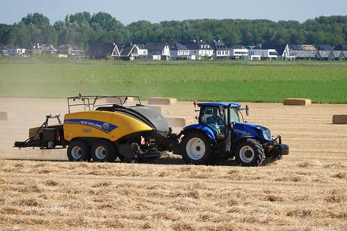 Loon en grondverzetbedrijf Bomhof Veessen met een New Holland T6.180 + New Holland Bigbaler 1270 plus Cropcutter. Oogst2018