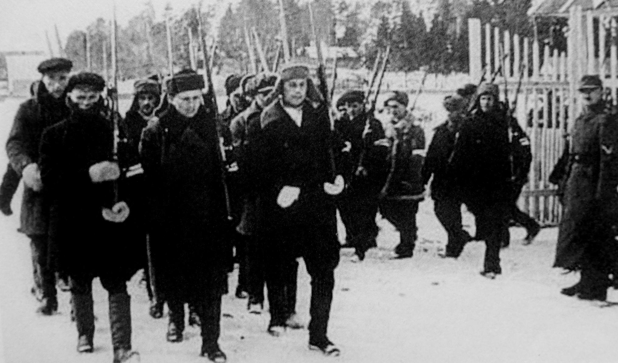 1941. Отряд вспомогательной полиции выходит на улицу населенного пункта вблизи оккупированного Минска