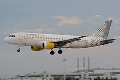 Vueling Airbus A320-214 EC-KDH