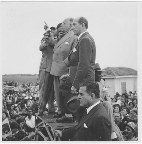 Getúlio Vargas discursa em palanque