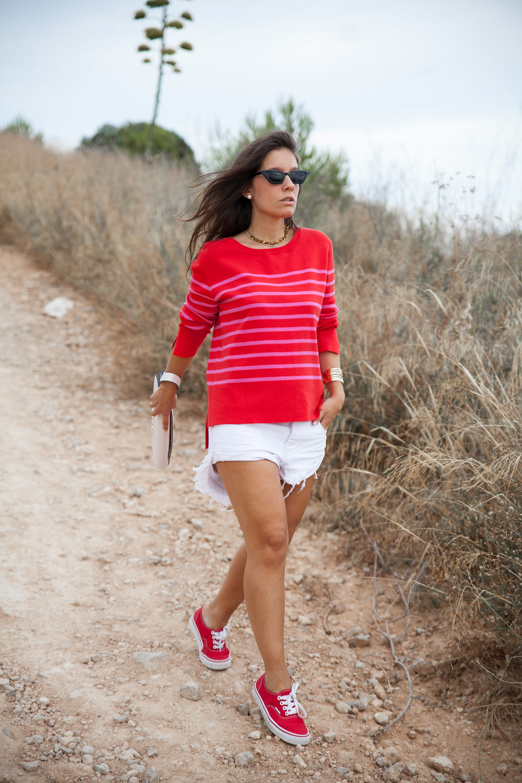 02_outfit_emabarazada_5_meses_jersey_parfois_rojo_rayas_rosas_shorts_oneteaspoon_blanco_theguestgirl