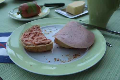 Teewurst und Jagdwurst auf Sesam-Sonnenkern-Brötchen