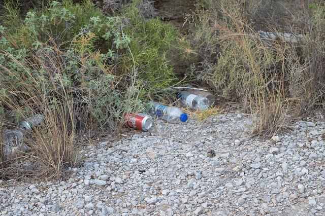 Σκουπίδια στις άκρες του δρόμου Ψίνθος - Καλυθιές
