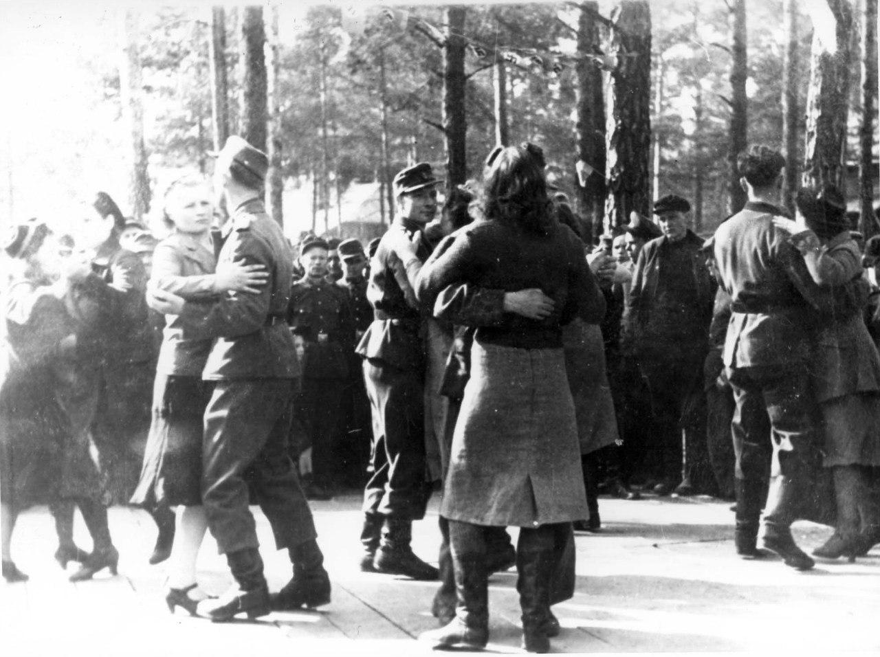 1943. Немецкие солдаты танцуют с местными девушками на улице оккупированного Полоцка