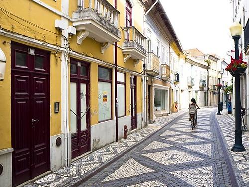 Viajar y perderse por calles donde la vida pasa tranquila, sin prisas, sin estrés, sin atascos... Esta es en Aveiro, Portugal. #travel #bike #calçada #aveiro #portugal #igersportugal #loveaveiro #olympus #aveirolovers