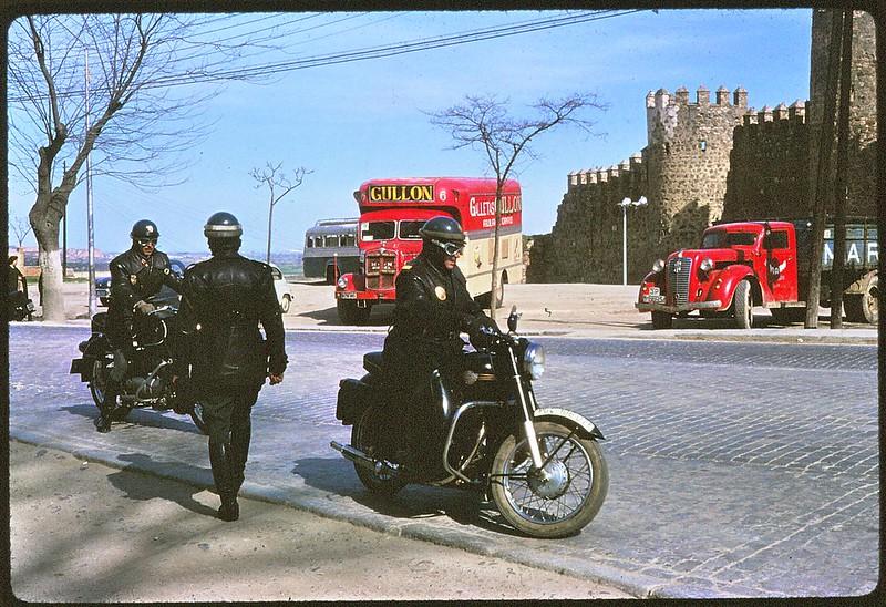 Guardias civiles y camión de Galletas Gullón en el Paseo de Merchán de Toledo en abril de 1963. Película Kodachrome. Donación de la familia Burgos.
