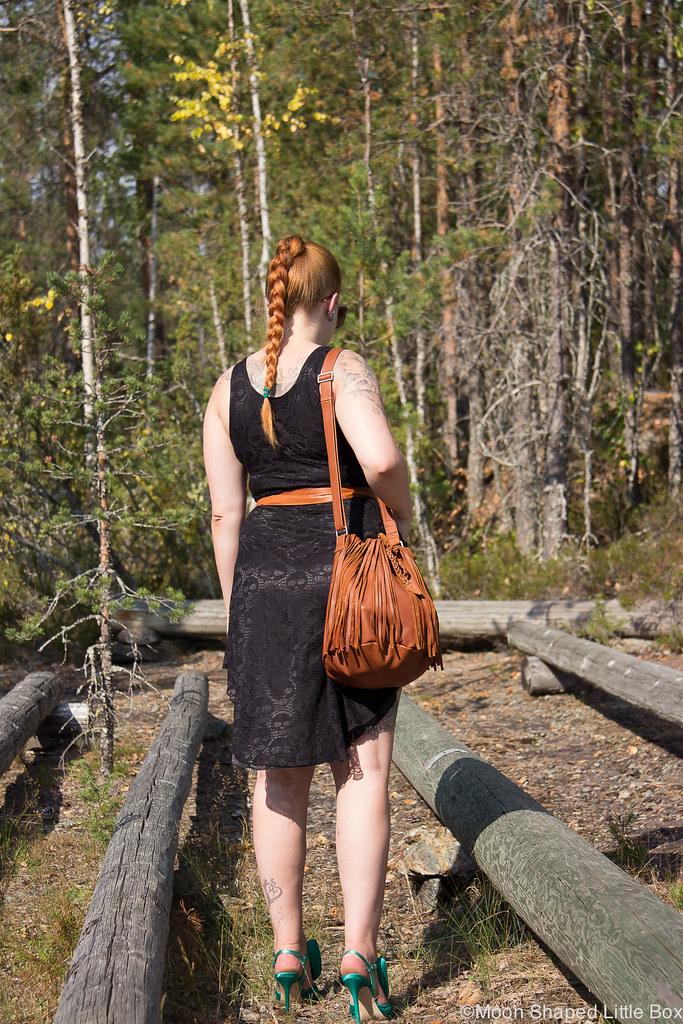 konjakinvärinen laukku, tyylibloggaaja, pääkallopitsimekko, pitsimekko, asukokonaisuus