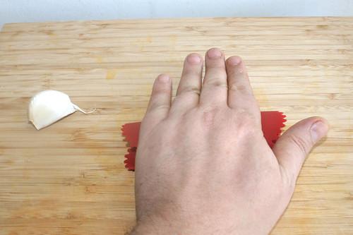 17 - Knoblauch schälen / Peel garlic