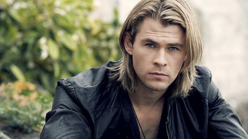 Chris Hemsworth dengan rambut panjangnya.